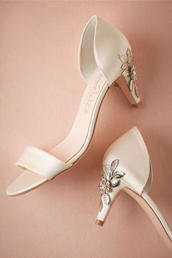 35 The Hot and Shining Heels Make You Queen in the Wedding